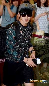 韓国アイドル「空港ファッション」ユノ短パンの画像.jpg
