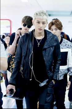 韓国アイドル「空港ファッション」EXOの画像.jpg