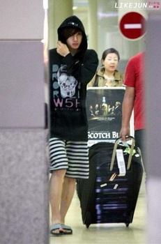 韓国アイドル「空港ファッション」キム・ヒョンジュンサンダルの画像.jpg