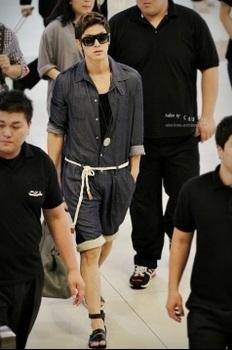 韓国アイドル「空港ファッション」ユノの画像.jpg